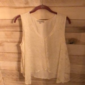 Sleeveless lace over lining blouse.